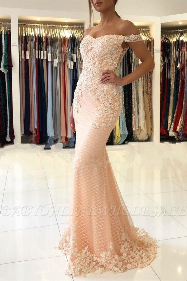 Розовое вечернее платье с кружевными аппликациями и открытыми плечами