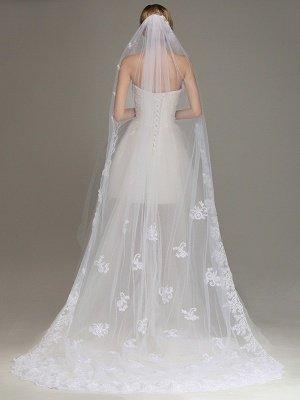 ?Un velo de novia de una capa con un borde de encaje peinado con velo de novia aplicado?