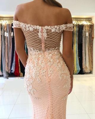 Розовое вечернее платье с кружевными аппликациями и открытыми плечами_4