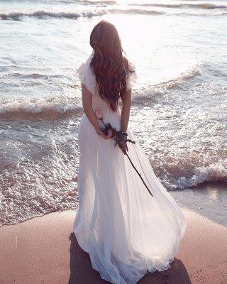 Robe de mariée en mousseline de soie à volants et encolure en V blanche_5