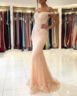 Розовое вечернее платье с кружевными аппликациями и открытыми плечами_2