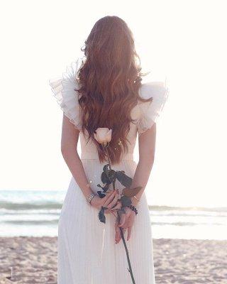 Robe de mariée en mousseline de soie à volants et encolure en V blanche_2